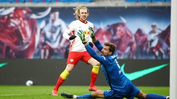 v.l.: Torschütze Emil Forsberg (10, RB Leipzig) und Torwart Kevin Trapp (1, Frankfurt)