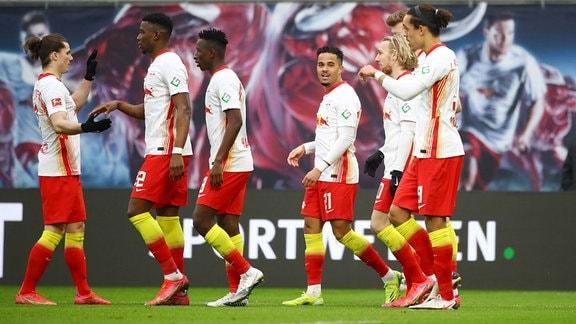 Leipziger Torjubel nach dem 1:0 von Emil Forsberg (2.v.r., RB Leipzig).