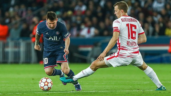 Lionel Messi im Zweikampf gegen Lukas Klostermann