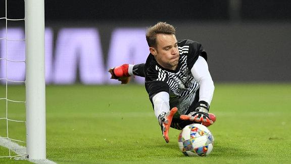 Torwart Manuel Neuer hechtet nach dem Ball.