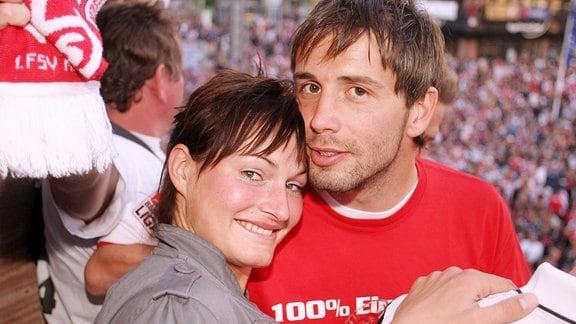 Marco Rose (Mainz) freut sich mit seiner Freundin Nikola Pietzsch, Handballerin beim Bundesligisten HC Leipzig, über den Aufstieg