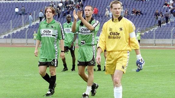 Heiner Backhaus (li.) und Marco Rose (beide Hannover 96) bedanken sich bei den Anhängern.