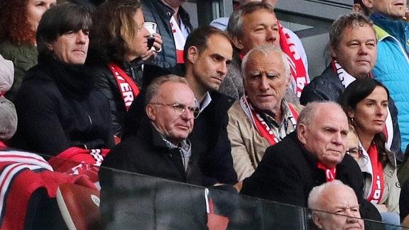 Joachim Löw, Oliver Mintzlaff, Dietrich Mateschitz nebst Frau, davor Karl Heinz Rummenigge, Präsident Uli Hoeneß auf der Tribüne