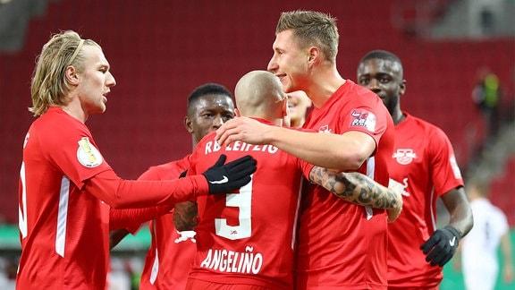 Willi Orban 4, RB Leipzig trifft zum 0:1 und jubelt mit Emil Forsberg 10, RB Leipzig und Angelio / Angelino 3, RB Leipzig.