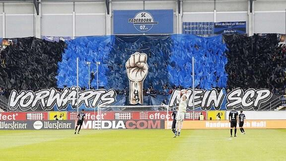 Die Fans vom SC Paderborn mit ihrer Choreographie.