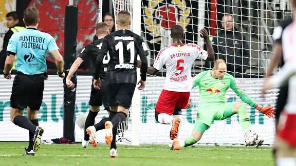 Torwart Peter Gulacsi (re., 1, RB Leipzig) pariert einen Schuss per Fuߟabwehr.