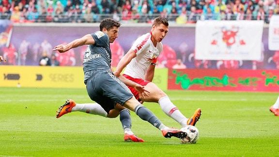 Thomas Müller / Mueller (25,Bayern) und Willi Orban (4, RB Leipzig)
