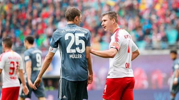 Disput zwischen Thomas Müller / Mueller (25,Bayern) und Willi Orban (4, RB Leipzig)