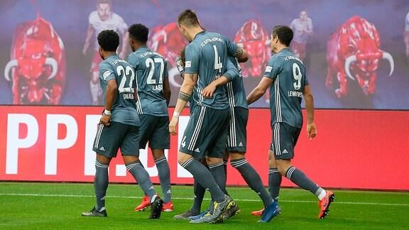 FC Bayern Torjubel nach dem vermeintlichen 0:1. Aberkannt nach Video-Beweis