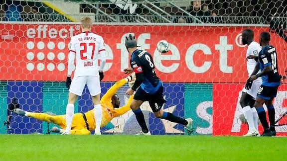 Klaus Gjasula (8, Paderborn) trifft gegen Torwart Yvon Mvogo (28, RB Leipzig) zum 2:3 Anschluss