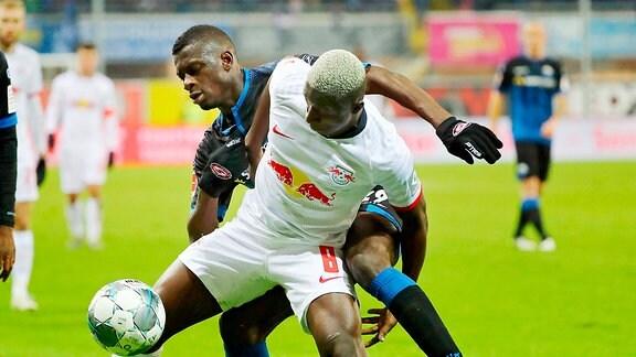 Amadou Haidara (8, RB Leipzig) vor Jamilu Collins (29, Paderborn)