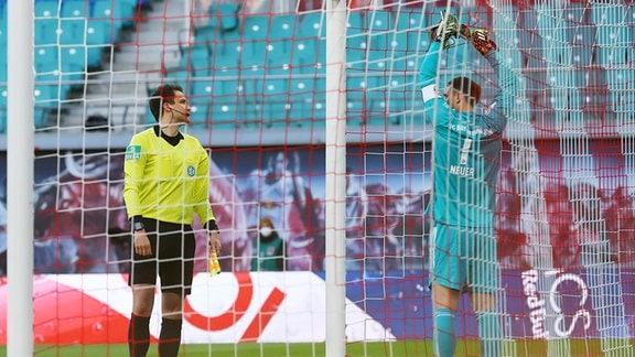 RB Leipzig - Bayern München - Reparatur des Tornetzes des Bayern-Tores vor dem Spiel. Schiedsrichterassistent und Torwart Manuel Neuer (1, Bayern)