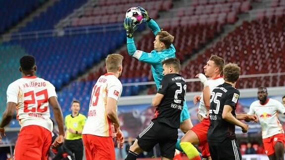 RB Leipzig - Bayern München - Torwart Manuel Neuer (1, Bayern) fäŠngt den Ball.