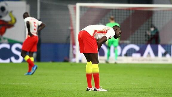 RB Leipzig - Bayern München - Enttäuschung bei Leipzig nach dem Spiel. Dayot Upamecano (5, RB Leipzig), Ibrahima Konaté / Konate (6, RB Leipzig).