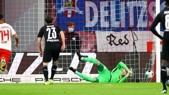 RB Leipzig vs. VfL Borussia Mönchengladbach - Tor für Borussia Mönchenglagbach, Jonas Hofmann (23, Borussia MG) trifft zum 0:1 per Stafstoß gegen Torwart Peter Gulacsi (1, RB Leipzig)
