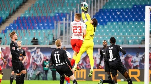 RB Leipzig vs. VfL Borussia Mönchengladbach - Marcel Halstenberg (23, RB Leipzig) und Torhüter Yann Sommer (1, Borussia MG)