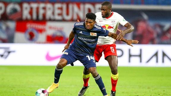 RB Leipzig gegen FC Union Berlin - Taiwo Awoniyi (14, Union) und Dayot Upamecano (5, RB Leipzig)