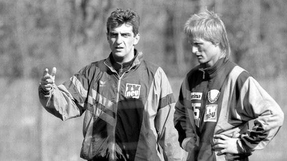 Trainer Ralf Minge (li.) im Gespräch mit Jörn Andersen (beide Dresden), 1994