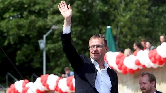 Ralf Rangnick winkt beim RB Leipzig Fanfest auf der Festwiese.