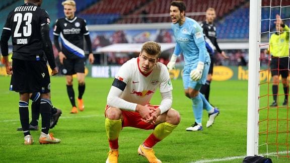 RB Leipzig vergibt gegen Torwart Stefan Ortega Moreno 1, Bielefeld einen Elfmeter.