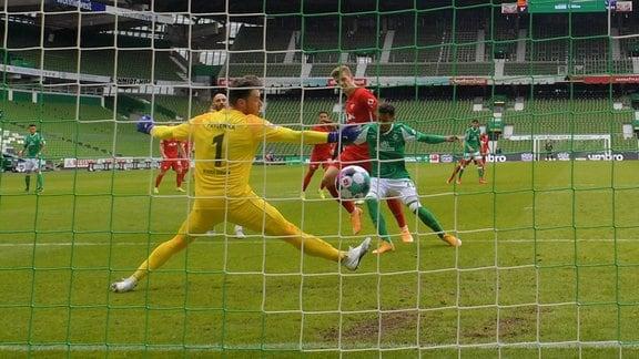 Torschuetze Alexander Sorloth RB Leipzig 19 trifft zum 0:3 ins Tor von Torwart Jiri Pavlenka