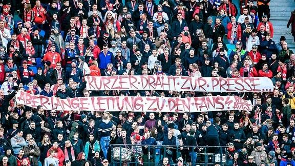 Eintracht Frankfurt emspor, v.l. RB Leipzig Fans - Spruchband - Banner - Text: Kurzer Draht zur Presse ... Aber Lange Leitung zu den Fans!
