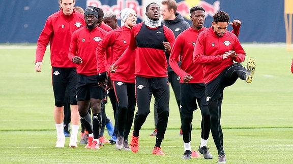 Spieler von RB Leipzig wärmen sich auf.