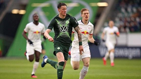 Wout Weghorst (Wolfsburg) gegen Marcel Halstenberg (RB Leipzig)