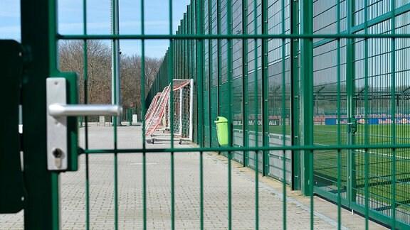 Geschlossenes Tor am RB-Leipzig-Trainingsgelände