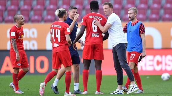 Angelino, Kevin Kampl, Ibrahima Konate und Trainer Julian Nagelsmann bei Schlussjubel
