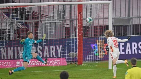 L-R Torwart Manuel Neuer Bayern München gegen Torschütze Emil Forsberg RB Leipzig