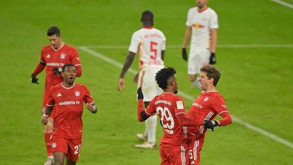 Jubel L-R Kingsley Coman Bayern München und Torschütze Thomas Müller Bayern München zum Tor zum 3:3