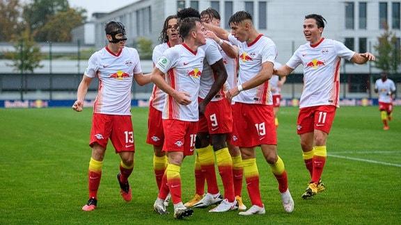 Saison 2020/21: Die U19 von RB Leipzig jubelt über einen Tor im Bundesliga-Spiel gegen den VfL Wolfsburg.