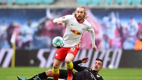 Spieltag RB Leipzig - VfB Stuttgart am 25.04.2021 in der Red Bull Arena in Leipzig Emil Forsberg  Leipzig , vorne - Philipp Förster  Stuttgart , hinten