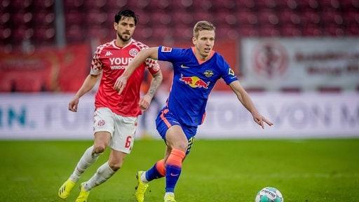 Leipzigs Dani Olmo blau gegen Danny Latza Mainz,
