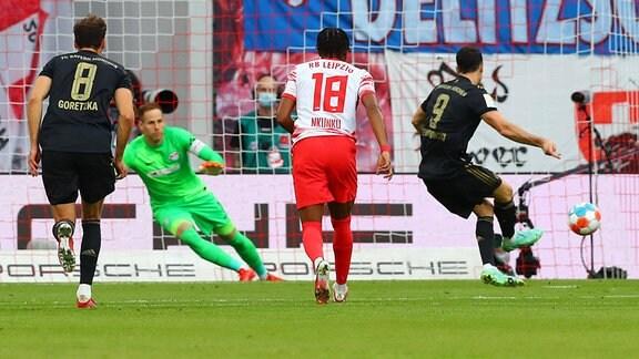 Robert Lewandowski 9, Bayern trifft per Handelfmeter zum 0:1 gegen Torwart Peter Gulacsi 1, RB Leipzig