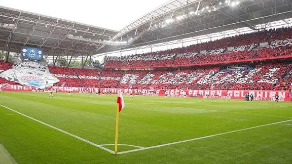 Fans von RB Leipzig zeigen eine Fanchoreografie.