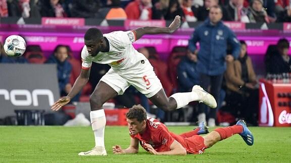 Dayot Upamecano, RB Leipzig, gegen Thomas Müller, Bayern München.