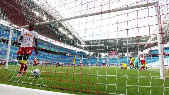 Dayot Upamecano 5, RB Leipzig holt nach dem ersten Gegentor den Ball aus dem Netz.