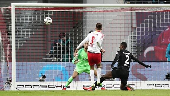 Vergebene Leipziger Torchance. Im Bild v.l.: Torwart Kevin Trapp (hi., Frankfurt), Yussuf Poulsen (9, RB Leipzig) und Evan NDicka (2, Frankfurt).