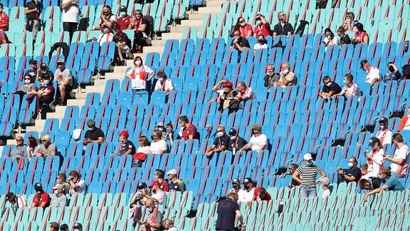 Reduzierte Anzahl Zuschauer im Stadion unter Coronabedingungen und Abstandsregelungen.