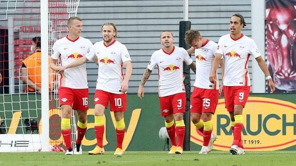 Tor für RB Leipzig.  Emil Forsberg (10, RB Leipzig) trifft zum 1:0 und jubelt mit den Teamkollegen.