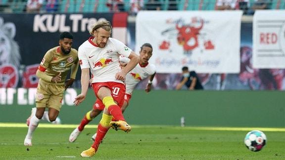 Torschütze Emil Forsberg (10, RB Leipzig) verwandelt einen Elfmeter.