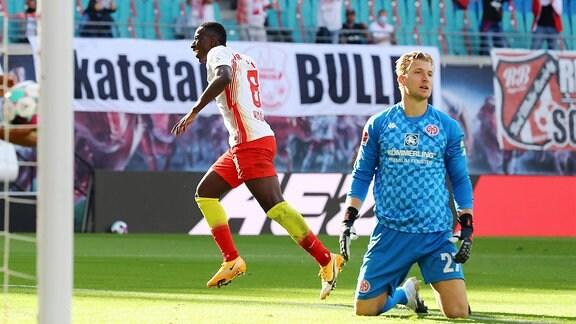 Tor für Leipzig zum 3:1. Im Bild v.l.: Torschütze Amadou Haidara (8, RB Leipzig) hat gegen Torwart Robin Zentner (27, Mainz) getroffen.