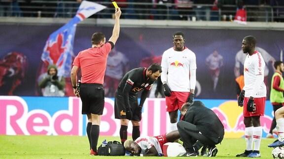 Bruma (17, RB Leipzig) verletzt am Boden, muss ausgewechselt werden.