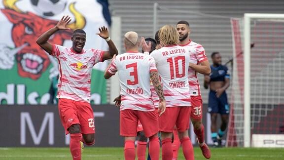 jubelnde Spieler von RB Leipzig