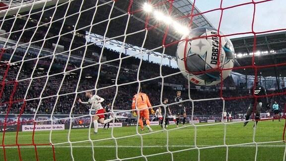 Timo Werner (li., 11, RB Leipzig) hat gegen Torwart Oliver Baumann (1, Hoffenheim) zum 1:0 getroffen.