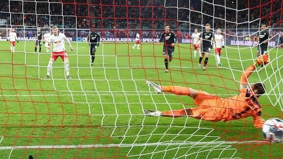 Torschütze Timo Werner (11, RB Leipzig) verwandelt einen Elfmeter gegen Torwart Oliver Baumann (1, Hoffenheim) zum 2:0.