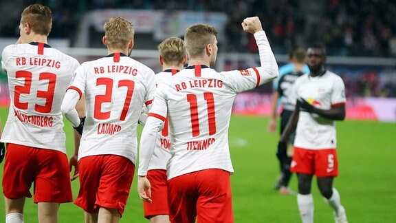 Leipziger Torjubel nach dem 2:0. V.l.: Marcel Halstenberg (23, RB Leipzig), Konrad Laimer (27, RB Leipzig) und Torschütze Timo Werner (11, RB Leipzig).