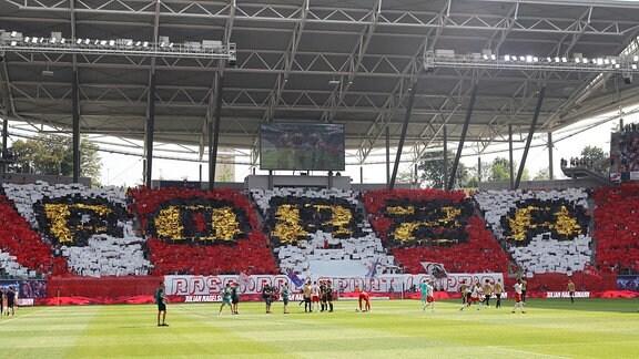Fans von RB Leipzig zeigen eine Choreografie.
